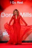 Donna Mills anda a pista de decolagem no vermelho ir para a coleção vermelha 2015 do vestido das mulheres Fotografia de Stock Royalty Free