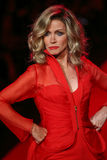 Donna Mills cammina la pista al rosso di andare per la raccolta rossa 2015 del vestito dalle donne Fotografia Stock