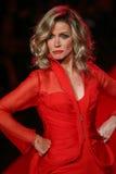 Donna Mills går landningsbanan på gå som är röd för den röda klänningsamlingen 2015 för kvinnor arkivbild