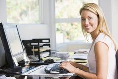 Donna in Ministero degli Interni con sorridere del calcolatore Fotografia Stock Libera da Diritti