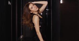 Donna misteriosa adorabile in corridoio scuro stock footage