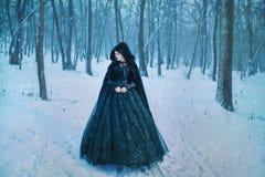 Donna misteriosa nel nero fotografia stock libera da diritti