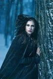 Donna misteriosa nel nero fotografie stock