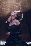 Donna misteriosa in vestito nero fotografia stock libera da diritti