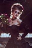 Donna misteriosa in vestito nero immagini stock