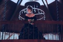 Donna misteriosa in vestito nero fotografia stock