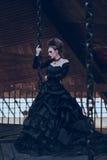 Donna misteriosa in vestito nero fotografie stock libere da diritti