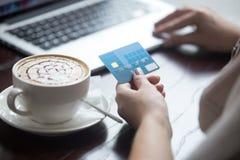 Donna moderna che usando la carta di credito per il pagamento online Primo piano Fotografie Stock