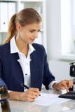 Donna moderna di affari o ragioniere femminile sicuro in ufficio Ragazza dello studente durante la preparazione dell'esame Verifi fotografie stock libere da diritti