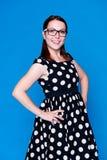 Donna moderna nella posizione del vestito Fotografia Stock Libera da Diritti