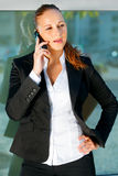 Donna moderna Pensive di affari che comunica sul mobile fotografia stock libera da diritti