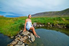Donna in molla geotermica Fotografie Stock Libere da Diritti