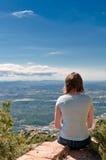 Donna in montagna del montserrat, Spagna fotografia stock
