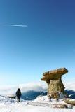 Donna in montagne di Bucegi, Romania fotografia stock