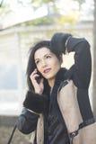 Donna mora attraente che per mezzo del telefono Fotografia Stock Libera da Diritti