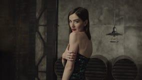 Donna mortale in vestito alla moda con lo sguardo di tentazione stock footage