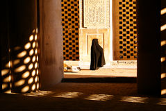Donna in moschea Ulu Jami Immagini Stock