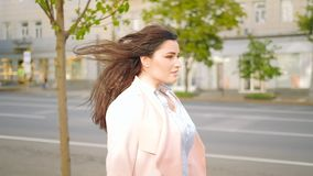 Donna motivata che cammina sicuro alla moda della città stock footage