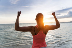 Donna motivata che gode della libertà e che esercita successo Fotografie Stock
