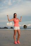 Donna motivata di forma fisica prima dell'allenamento di estate Fotografie Stock