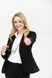 Donna motivata positiva che dà i pollici in su Fotografie Stock Libere da Diritti