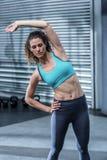 Donna muscolare che allunga il suo corpo Immagine Stock Libera da Diritti