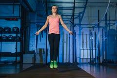 Donna muscolare che fa allenamento del crossfit alla palestra Immagini Stock Libere da Diritti