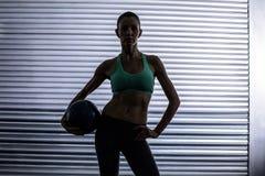 Donna muscolare che tiene una palla medica Immagine Stock Libera da Diritti