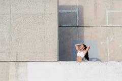 Donna muscolare forte di forma fisica pronta per l'allenamento urbano Fotografie Stock Libere da Diritti