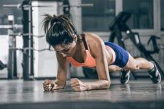 Donna muscolare su una posizione della plancia immagine stock libera da diritti