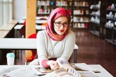 Donna musulmana alla biblioteca Fotografie Stock