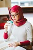 Donna musulmana alla biblioteca Fotografia Stock