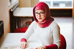 Donna musulmana alla biblioteca Fotografie Stock Libere da Diritti