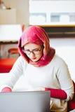 Donna musulmana alla biblioteca Fotografia Stock Libera da Diritti
