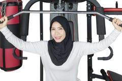 Donna musulmana asiatica che fa allenamento Immagini Stock Libere da Diritti