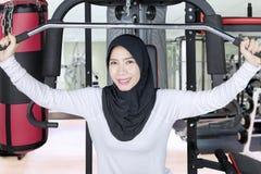 Donna musulmana in buona salute che fa allenamento Fotografia Stock