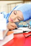 Donna musulmana che dorme alla tabella Immagini Stock Libere da Diritti