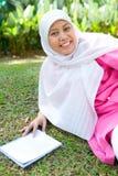 Donna musulmana che gode della sosta esterna Fotografia Stock