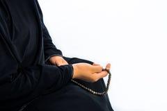 Donna musulmana che prega per Allah, musulmano Dio fotografie stock libere da diritti