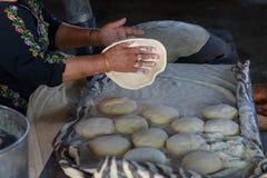 Donna musulmana che produce alimento immagine stock
