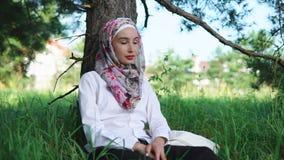 Donna musulmana che si rilassa nel parco video d archivio