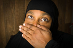 Donna musulmana che tiene silenziosa Immagine Stock Libera da Diritti