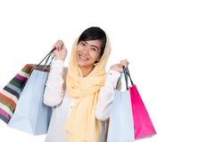 Donna musulmana con hijab che tiene sacchetto della spesa fotografie stock libere da diritti