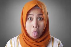 Donna musulmana con la lingua fuori immagini stock libere da diritti