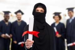 Donna musulmana dello studente nel hijab con il diploma Fotografia Stock