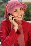 Donna musulmana di affari sul telefono Immagine Stock