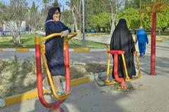 Donna musulmana nel hijab durante l'allenamento di mattina alla palestra all'aperto Immagine Stock