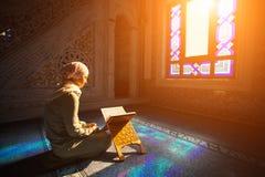 Donna musulmana nell'ambito della luce solare fotografie stock libere da diritti