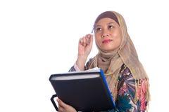 Donna musulmana nella posa di pensiero Immagini Stock