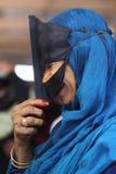 Donna musulmana sorridente con la mascherina tradizionale Fotografia Stock
